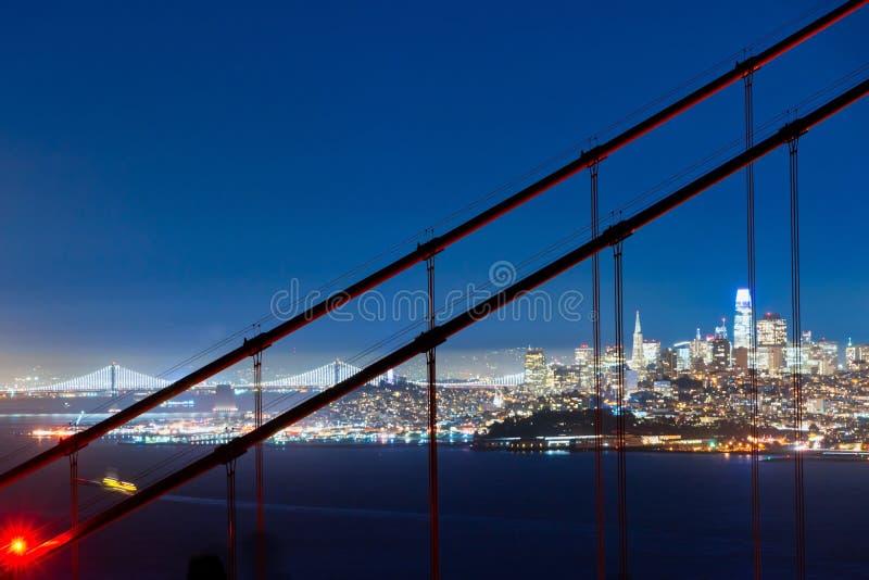 San Francisco Golden Gate Bridge e skyline da cidade sobre a baía na hora azul fotografia de stock royalty free