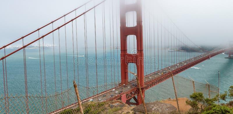 San Francisco Golden Gate Bridge en un día de niebla, visión desde Sausa imagen de archivo