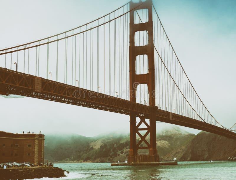 San Francisco Golden Gate Bridge på en dimmig dag från fortpunkt arkivbild