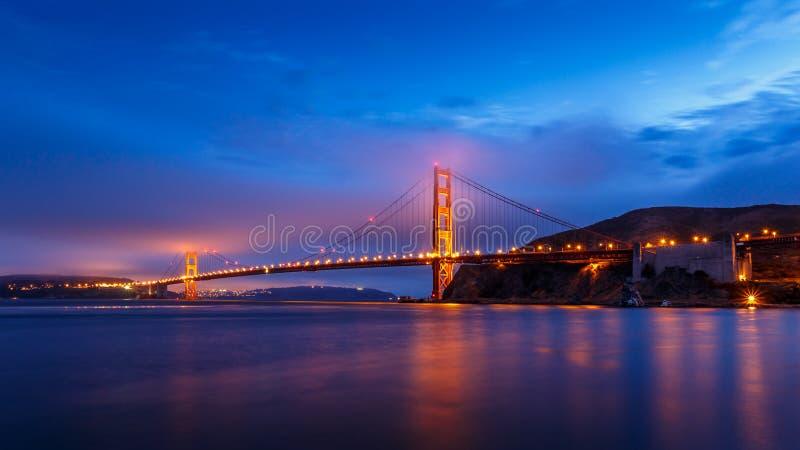 San Francisco Golden Gate Bridge på natten fotografering för bildbyråer