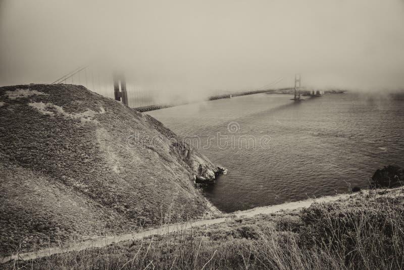 San Francisco Golden Gate Bridge Shrouded por la niebla imagen de archivo libre de regalías