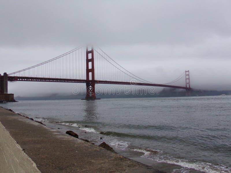 San Francisco Golden Gate Bridge som försvinner i dimman arkivfoto