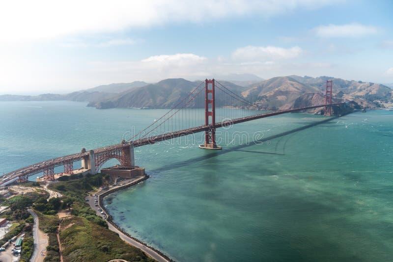 San Francisco Golden Gate según lo visto de viaje del helicóptero imagenes de archivo
