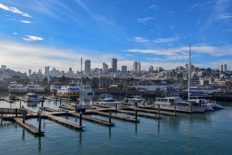 San Francisco Harbor i Fisherman&#x27en; s-hamnplatsområde på en Sunny Day arkivfoto