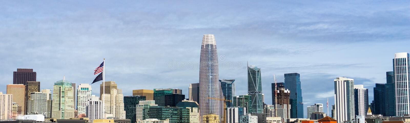 San Francisco i stadens centrum horisont med gamla byggnader på vänstra sidan, kontra nya på rätsidan arkivbild