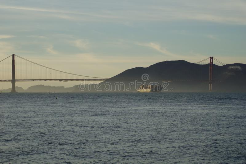 SAN FRANCISCO, KALIFORNIA STANY ZJEDNOCZONE, NOV, - 25th, 2018: MSC ładunku statek SILVIA wchodzić do San Francisco zatoki zdjęcie royalty free