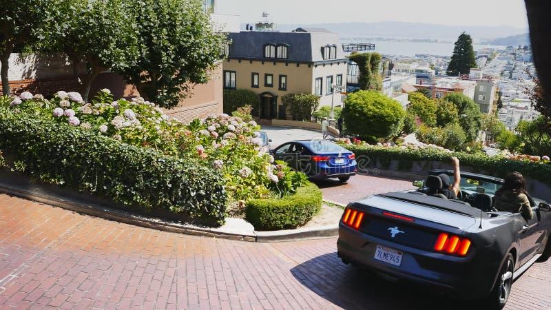 SAN FRANCISCO, KALIFORNIA, usa - SIERPIEŃ 30, 2015: strzał luksusowa samochodowego jeżdżenia puszka lombardu ulica w San Francisc zdjęcie royalty free
