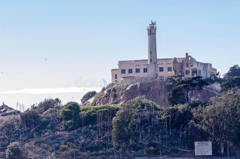 SAN FRANCISCO, KALIFORNIA: Zewnętrzny widok Alcatraz wyspy latarnia morska i więzienie zdjęcie stock