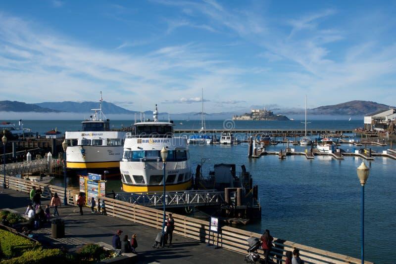 SAN FRANCISCO KALIFORNIEN, FÖRENTA STATERNA - NOVEMBER 25th, 2018: Blå och guld- flotta på pir av hamnplatsen för fiskare s premi royaltyfria foton