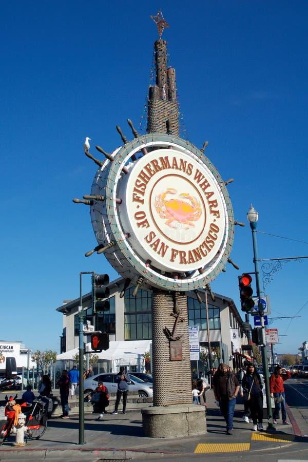 SAN FRANCISCO KALIFORNIEN, F?RENTA STATERNA - NOVEMBER 11th, 2018: Folket bes?ker fiskarens hamnplats arkivbild