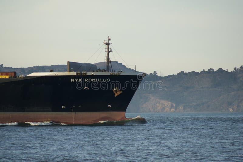 SAN FRANCISCO KALIFORNIEN, FÖRENTA STATERNA - NOVEMBER 25th, 2018: Lastfartyg NYK ROMULUS som skriver in Sanen Francisco Bay på d fotografering för bildbyråer