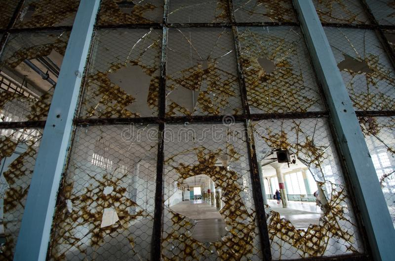 SAN FRANCISCO KALIFORNIEN: Inre sikt av fängelset för Alcatraz ö i San Francisco California, brutet fönster arkivbilder