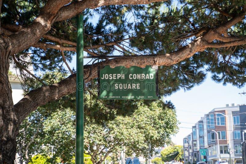 San Francisco Kalifornien - tecknet för Joseph Conrad Square, en liten stad parkerar lokaliserat längs Columbus Avenue nära royaltyfri bild