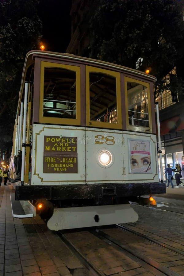 San Francisco Kalifornien/USA - November 11 2017; San Francisco kabelbil på natten royaltyfri fotografi
