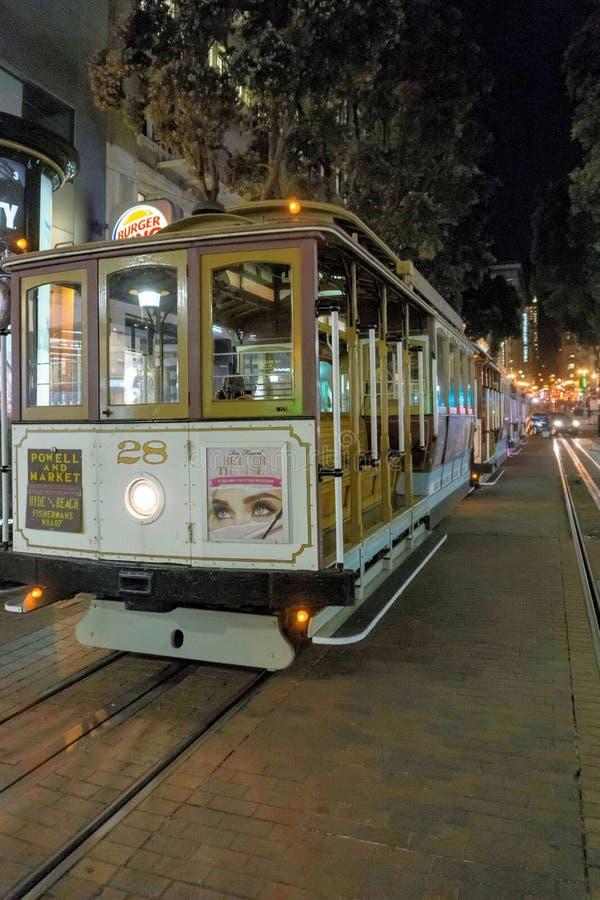 San Francisco Kalifornien/USA - November 11 2017; San Francisco kabelbil på natten royaltyfri foto