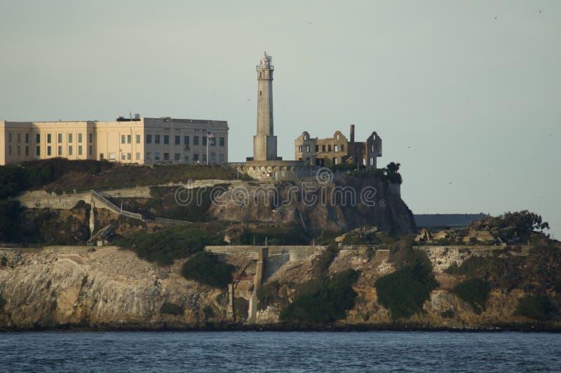 SAN FRANCISCO, KALIFORNIEN, VEREINIGTE STAATEN - 25. November 2018: Alcatraz-Insel mit berühmtem Gefängnisgebäude während des son lizenzfreie stockfotos