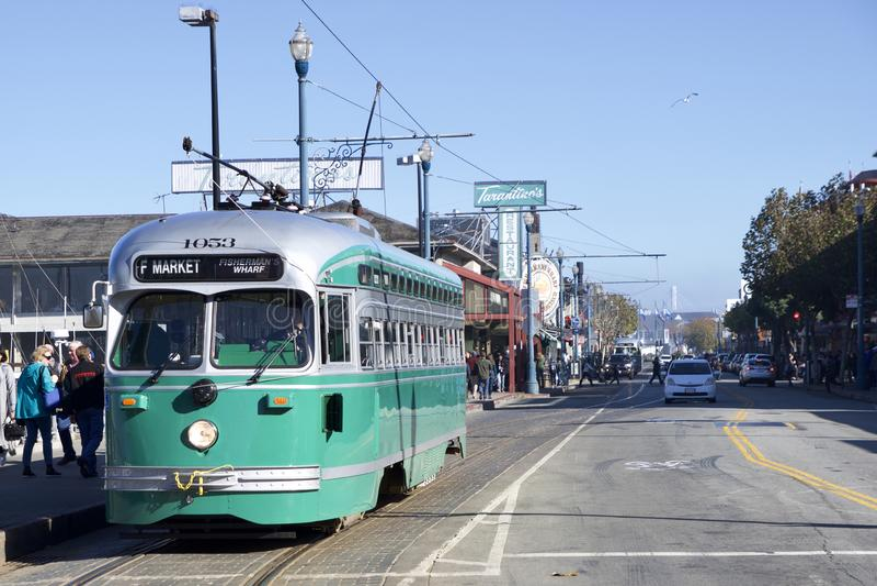 SAN FRANCISCO, la CALIFORNIE, ETATS-UNIS - 25 novembre 2018 : tramway antique ligne de la f de PCC aucun Brooklyn 1053 au pêcheur images stock