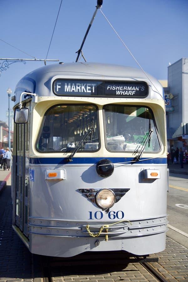 SAN FRANCISCO, la CALIFORNIE, ETATS-UNIS - 25 novembre 2018 : Voiture argent?e historique de rue transportant des passagers ? image libre de droits