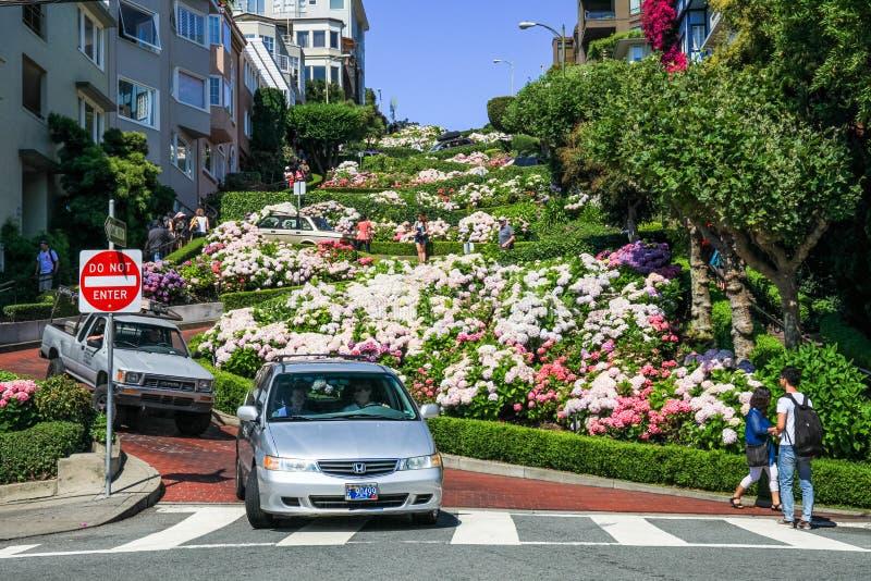 San Francisco Lombard Street Visitors imágenes de archivo libres de regalías