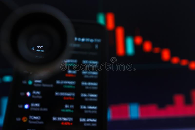 SAN FRANCISCO, los E.E.U.U. - 9 de mayo de 2019: Un gráfico de la tendencia de disminución de BNT Bancor Cryptocurrency El ejempl fotos de archivo