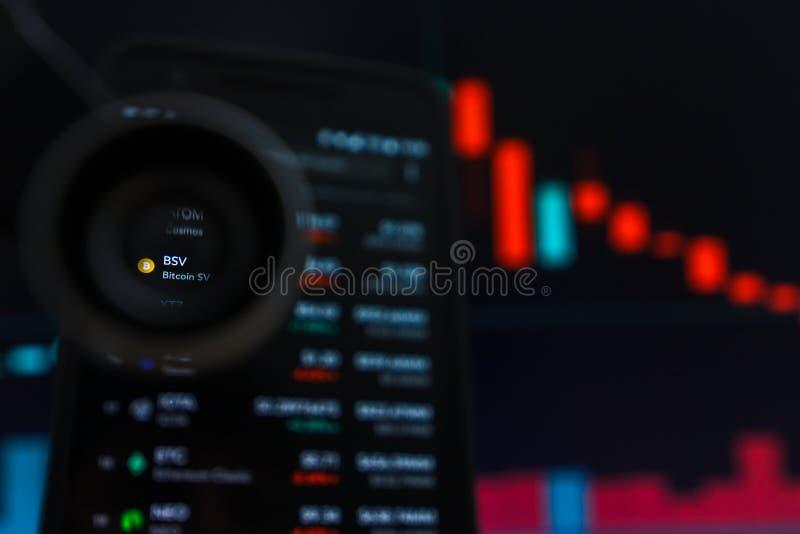 SAN FRANCISCO, los E.E.U.U. - 9 de mayo de 2019: Un gráfico de la tendencia de disminución de BSV Bitcoin SV Cryptocurrency El ej fotos de archivo
