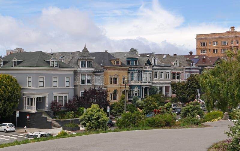 San Francisco - maisons traditionnelles colorées de place d'Alamo vues du parc photos stock