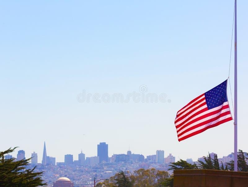 San Francisco nevoento com bandeira do Estados Unidos imagem de stock