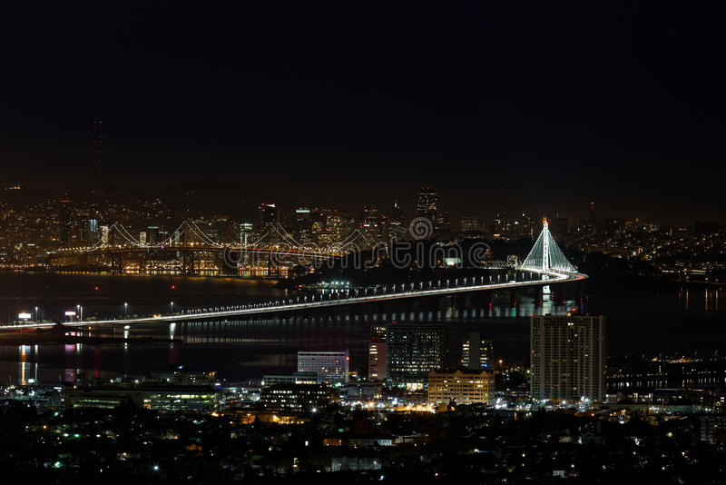 San Francisco Oakland Bay Bridge na noite (período oriental novo) fotos de stock royalty free