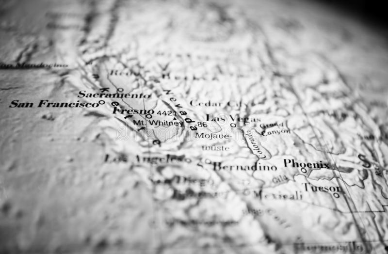 San Francisco och Kalifornien översiktsdel av ett världsjordklot svart white royaltyfri bild