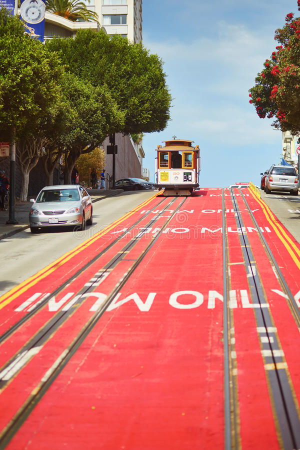 SAN FRANCISCO - 17. OKTOBER: Berühmte Drahtseilbahn am 17. Oktober 2015 in San Francisco, USA lizenzfreie stockbilder