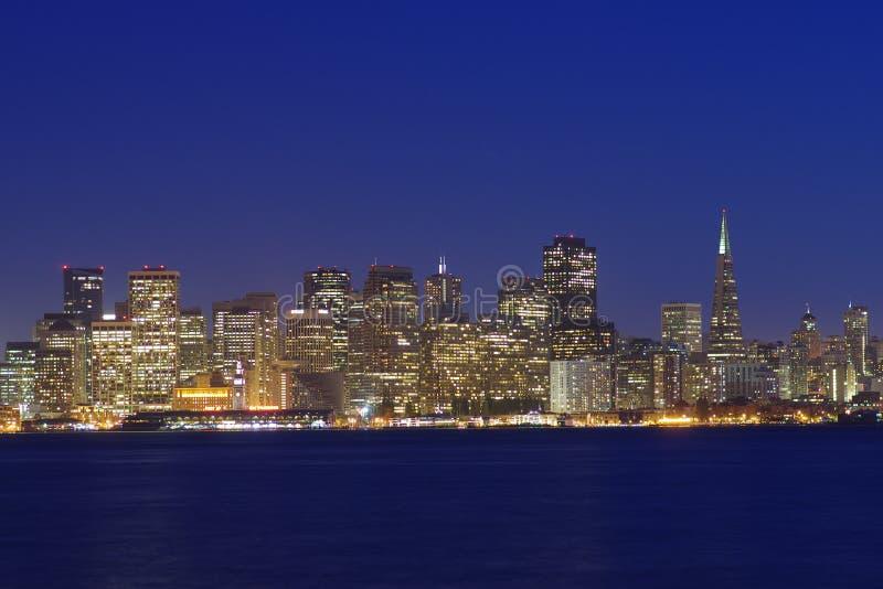 San Francisco på nattsikten från skattön royaltyfri foto