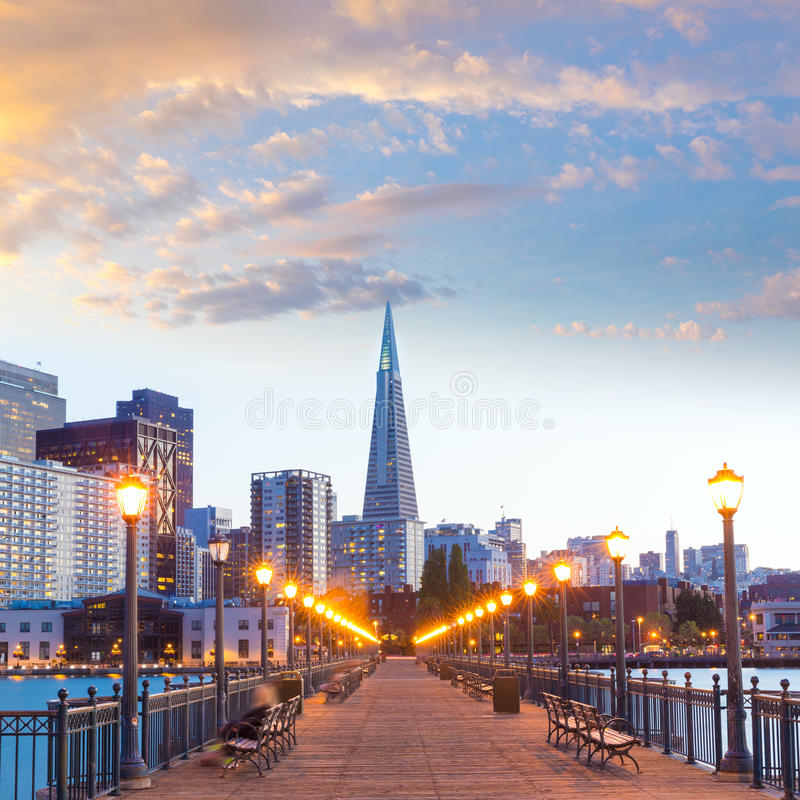 San Francisco Pier 7 zonsondergang in Californië stock afbeelding
