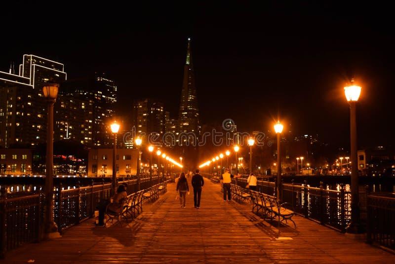 San Francisco Skyline från pir 7 på natten arkivbild