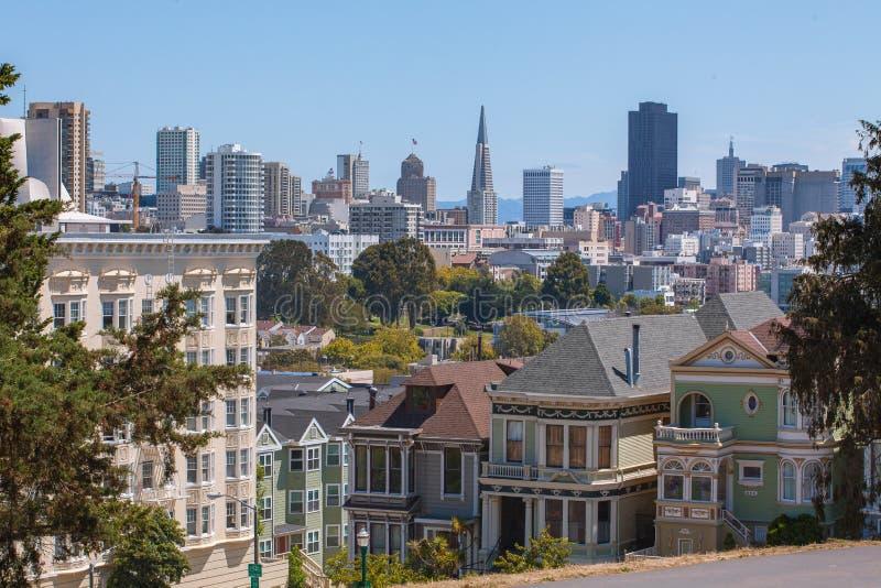San Francisco Skyline och viktorianska målade damer royaltyfria bilder