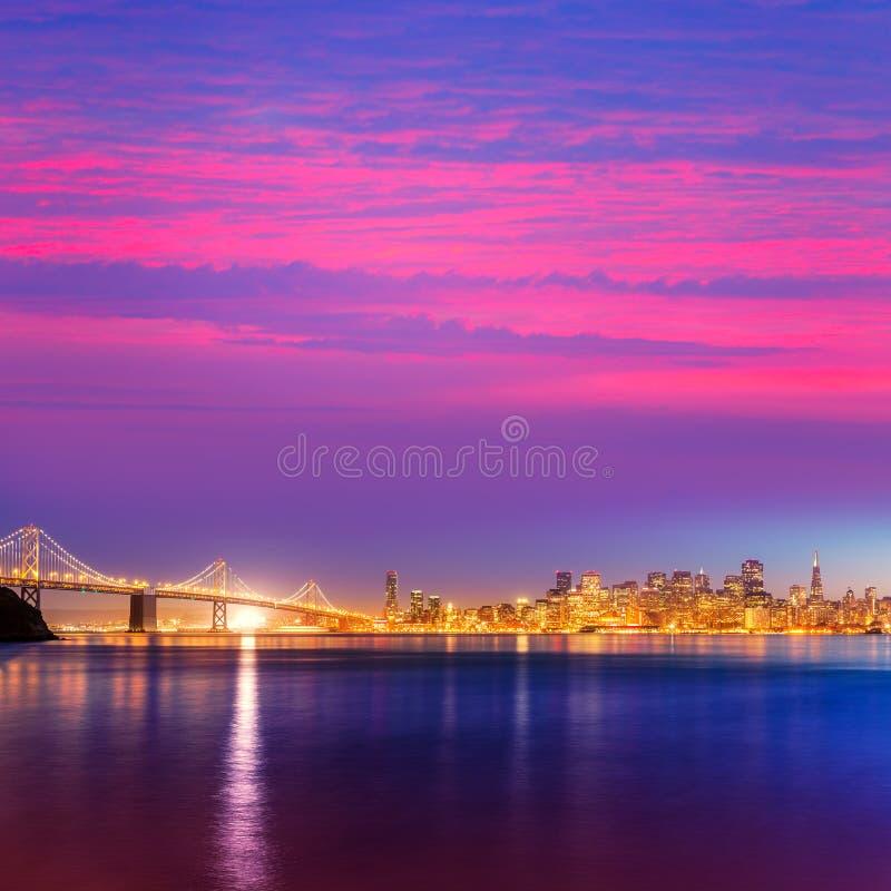 San Francisco-Sonnenuntergangskyline Kalifornien-Buchtwasserreflexion stockfoto