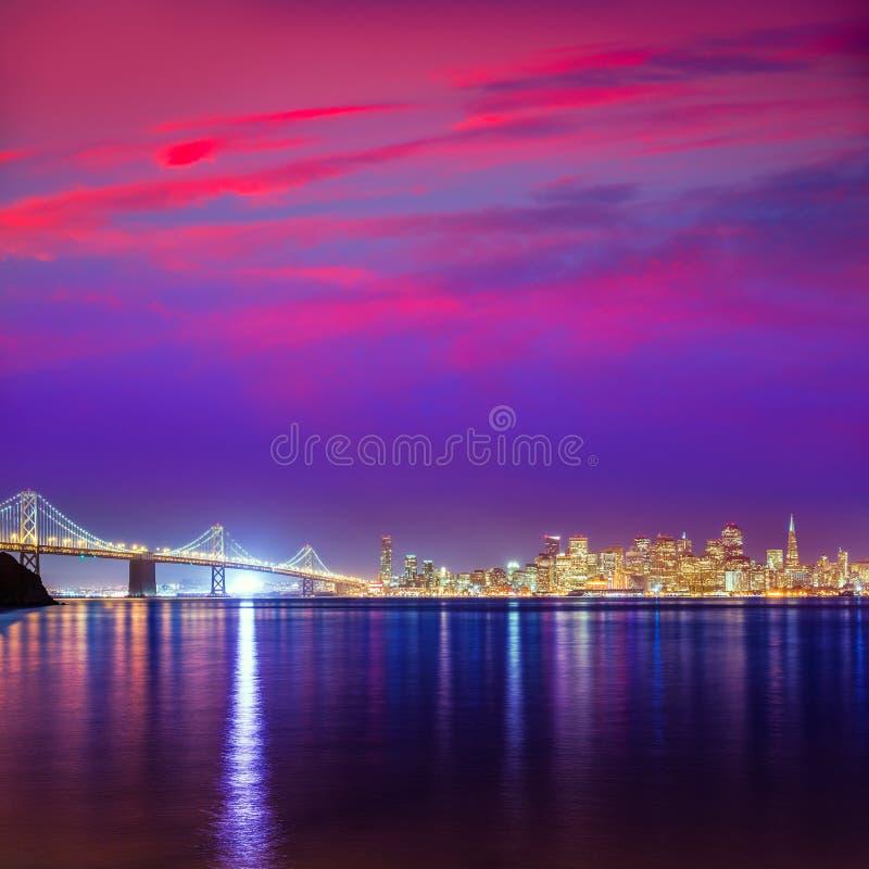 San Francisco-Sonnenuntergangskyline Kalifornien-Buchtwasserreflexion stockbild