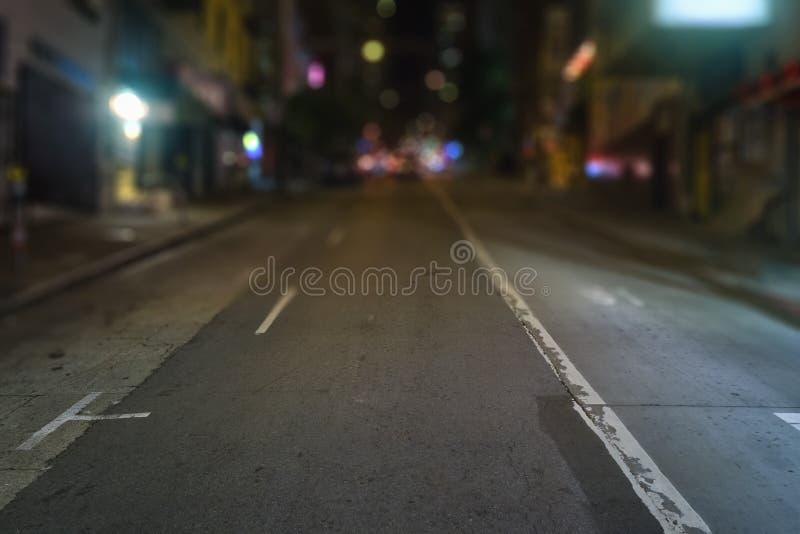 San Francisco-Straßen mit unscharfem Hintergrund nachts lizenzfreie stockbilder