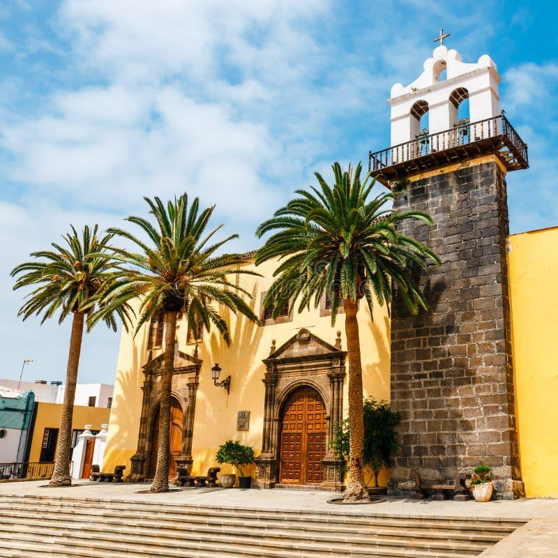 San Francisco traditionell kyrka i den huvudsakliga fyrkanten av den Garachico staden av Tenerife, Spanien royaltyfria foton