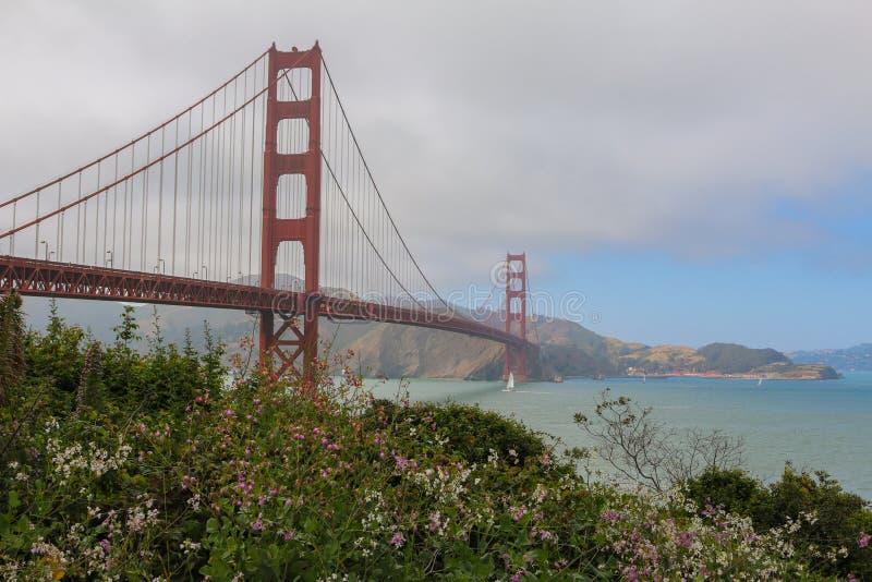 SAN FRANCISCO, U.S.A. - MAI 24, 2015: giorno nuvoloso a golden gate bridge a San Francisco, California immagine stock