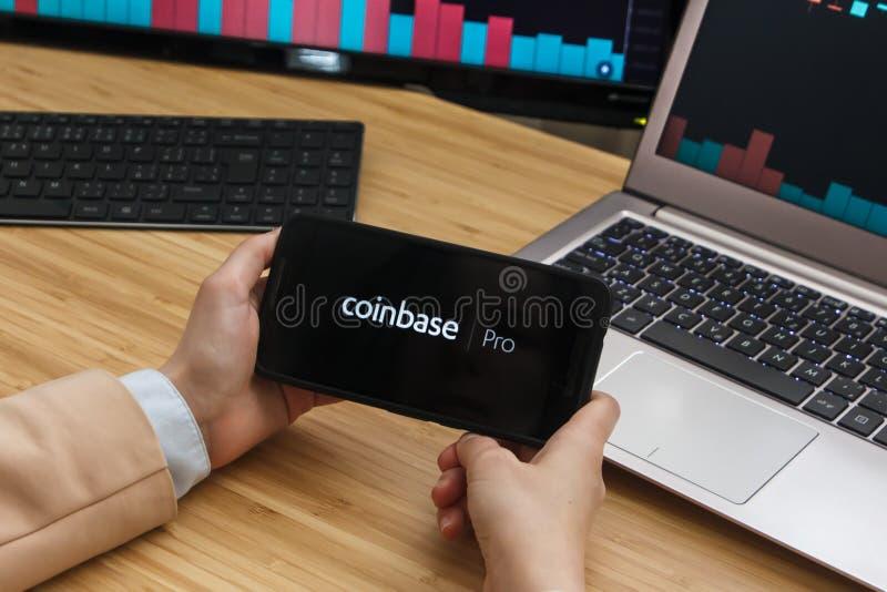 SAN FRANCISCO, USA - 18 2019 Czerwiec: Żeński handlowiec Wręcza Trzymać Smartphone Używać zastosowanie Coinbase Pro Cryptocurrenc obrazy stock