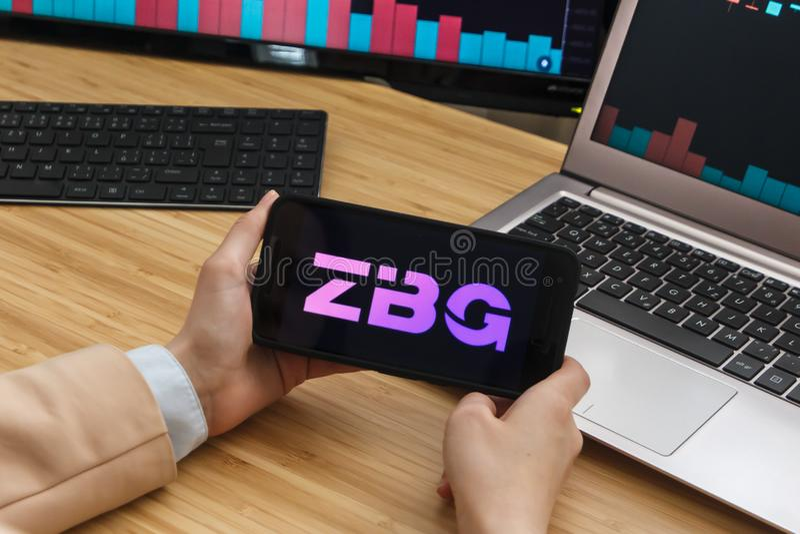 SAN FRANCISCO USA - 18 Maj 2019: Kvinnlig affärsman Hands Holding Smartphone genom att använda applikation av ZBG n Francisco, Ka royaltyfri bild