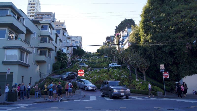 SAN FRANCISCO, USA - 5. Oktober 2014: Fahrzeuge fahren abwärts auf Lombard-Straße, der meiste berühmte Markstein und das am gekrü stockfotografie