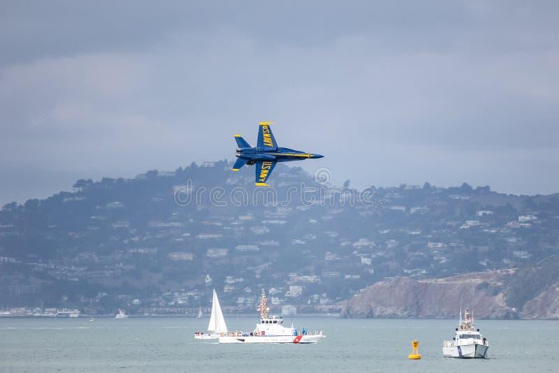 San Francisco USA - Oktober 8: Marinblåa änglar för USA under showen i hastig vecka för SF på Oktober 8, 2011 i San Francisco, US arkivbilder