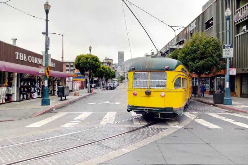 San Francisco USA - September 6, 2018: San Francisco spårvagn, spårvagn som reser på Embarcaderoen ner stad Tappningspårvagn arkivbild