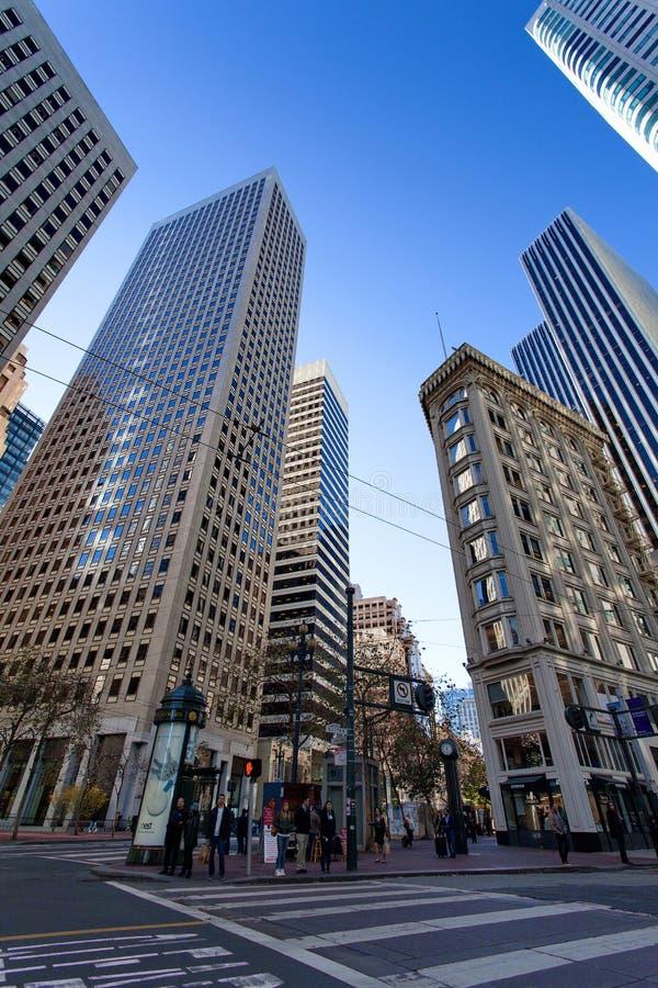San Francisco, USA - Sutter gata och Sansome gata, finansiellt område, San Francisco, Förenta staterna arkivfoto