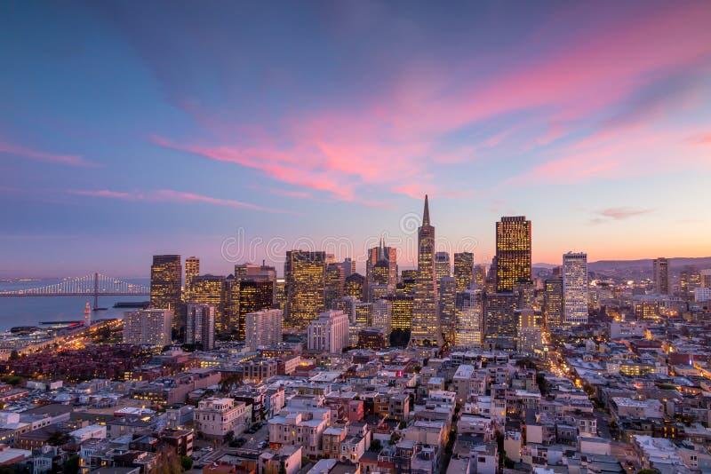 San Francisco van de binnenstad bij zonsondergang royalty-vrije stock afbeeldingen