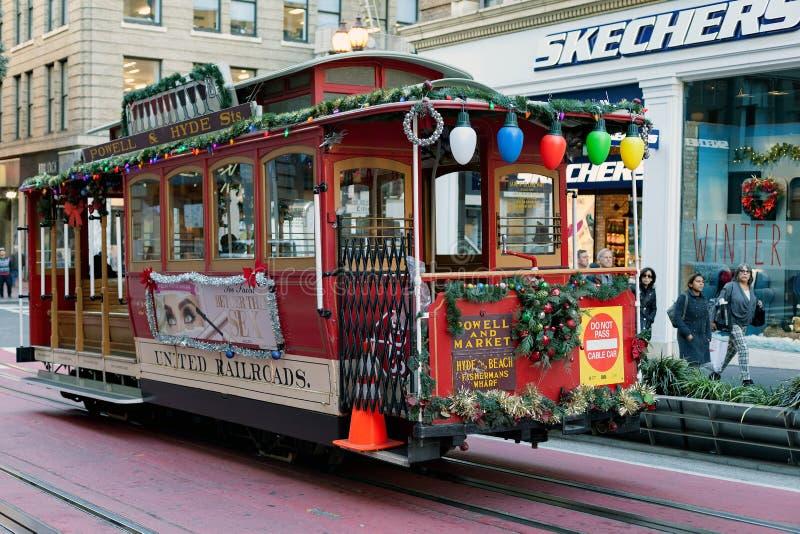 San Francisco, Vereinigte Staaten - Drahtseilbahn-Tram Powell-Hyde ist berühmte Touristenattraktion lizenzfreie stockbilder