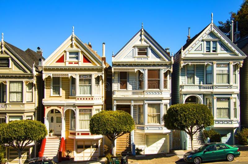 San Francisco-Wohnstraße mit den Distelfaltern, Reihen von victorian Holzhäusern an Alamo-Quadrat stockfotografie
