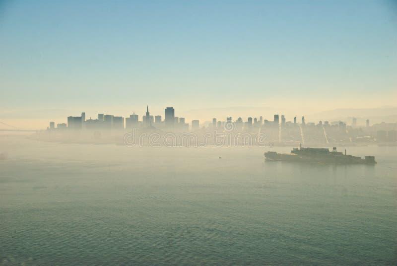 San Francisco y Alcatraz en niebla fotos de archivo