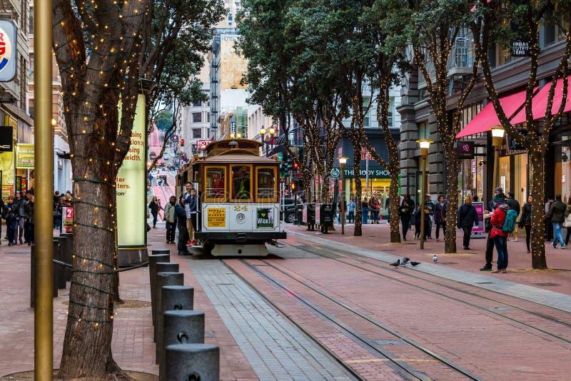 San Fransisco CA, Styczeń, - 3, 2016 Tramwaj liczba 24 zbliża się ruchliwie Powell St stację obraz stock